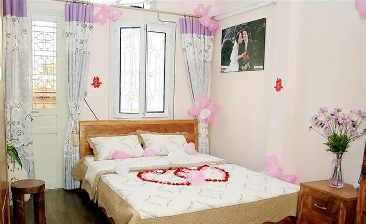 treo ảnh cưới bên trái phòng ngủ